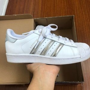 Adidas superstars in white/silver